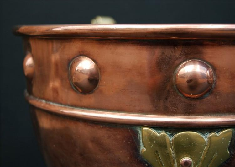 A SMALL COPPER COAL BUCKET WITH BRASS EMBELLISHMENTS-Detail2