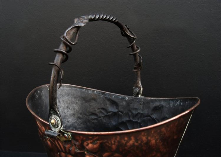 A COPPER COAL BUCKET WITH BRASS BASE-Detail3