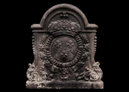 A LARGE, DECORATIVE ANTIQUE CAST IRON FIREBACK