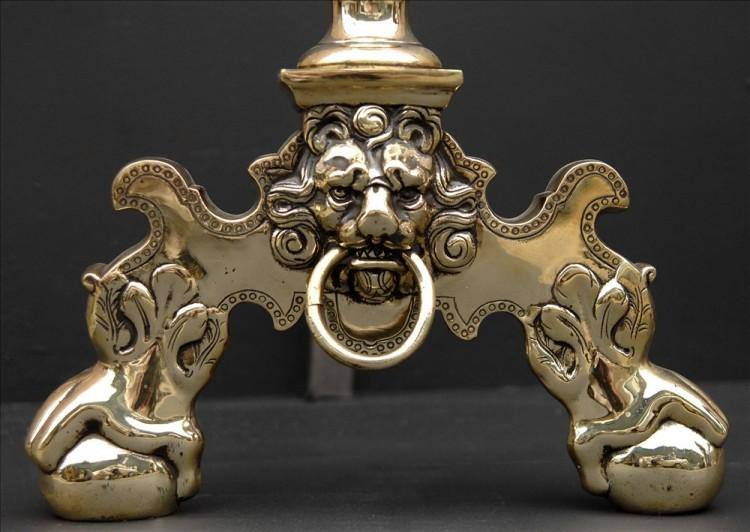 A PAIR OF BRASS FIREDOGS WITH FLAME FINIALS-Detail1