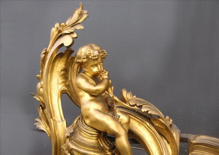 AN IMPRESSIVE PAIR OF 18TH CENTURY LOUIS XV BRASS CHENETS-Detail3