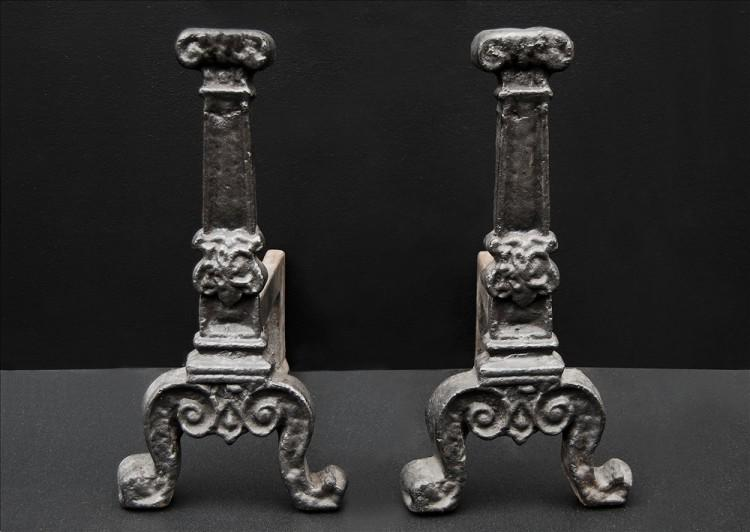 A PAIR OF ENGLISH FIREDOGS-Detail3