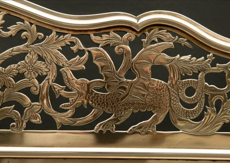 A FINE QUALITY LATE 18TH CENTURY BRASS FENDER WITH DRAGONS AND FOLIAGE-Detail2