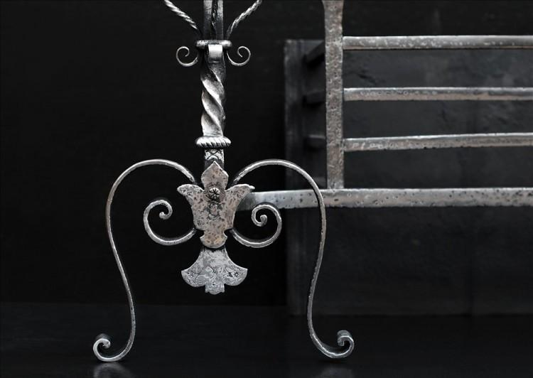 A FINE 19TH CENTURY POLISHED IRON FIRE BASKET-Detail1