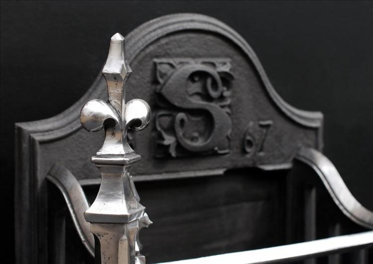 A MID 19TH CENTURY NEO-GOTHIC CAST IRON FIREGRATE-Detail2