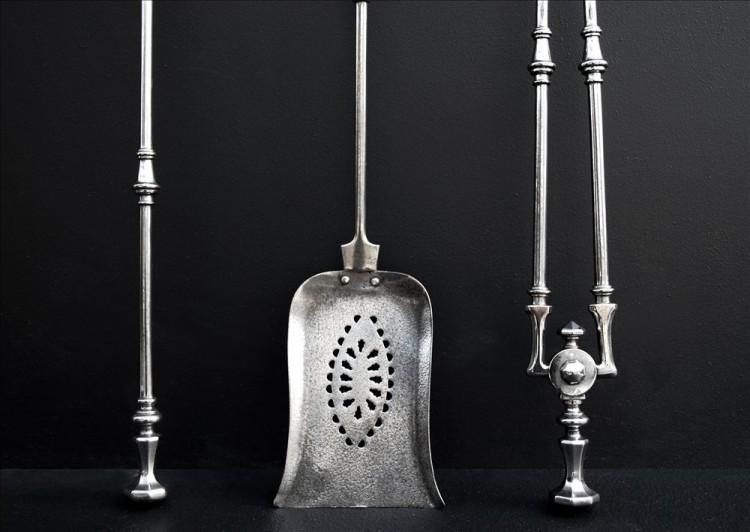 AN ELEGANT SET OF 19TH CENTURY ENGLISH STEEL FIRETOOLS-Detail1